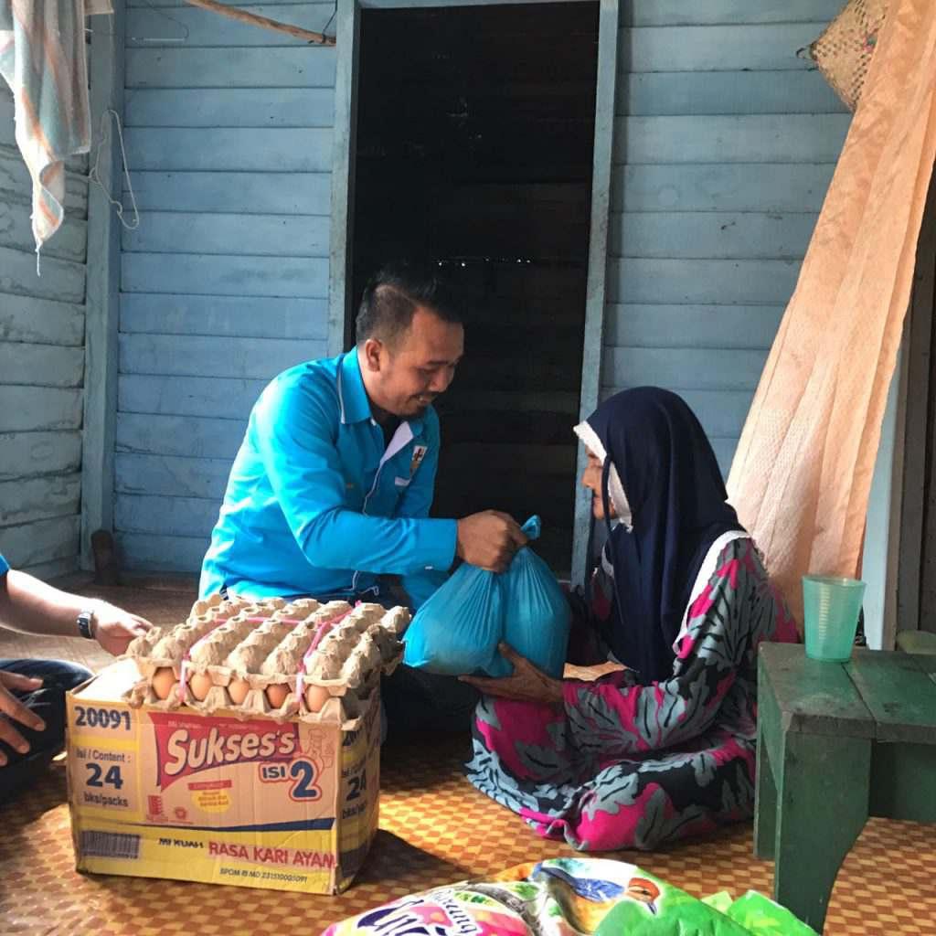 Ketua KNPI Safaruddin saat menyerahkan bantuan sosial