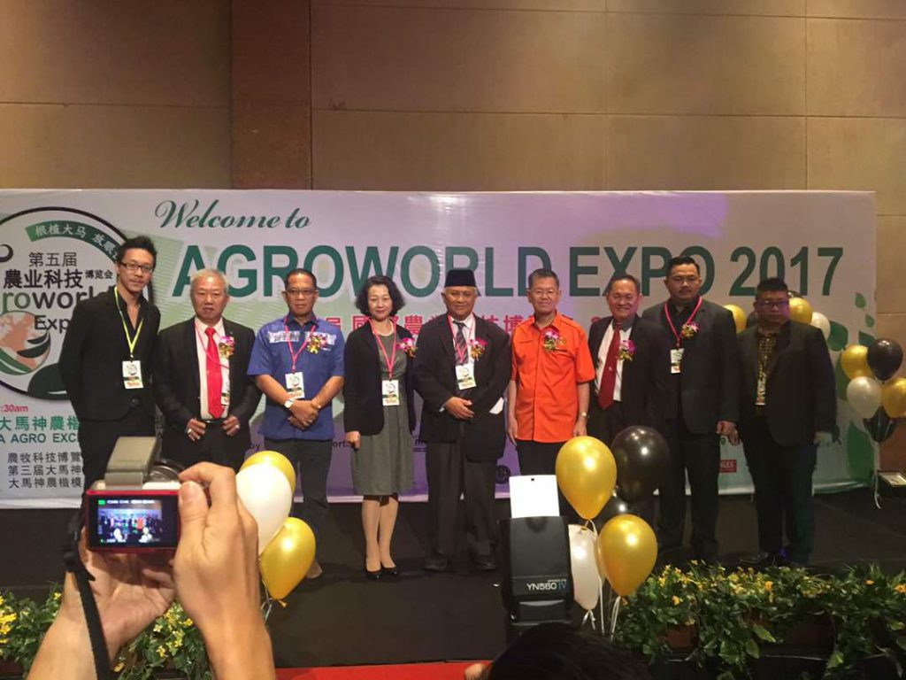 Bupati Lingga Alias Wello berfoto bersama dalam acara Agro World Expo di Johor Malaysia