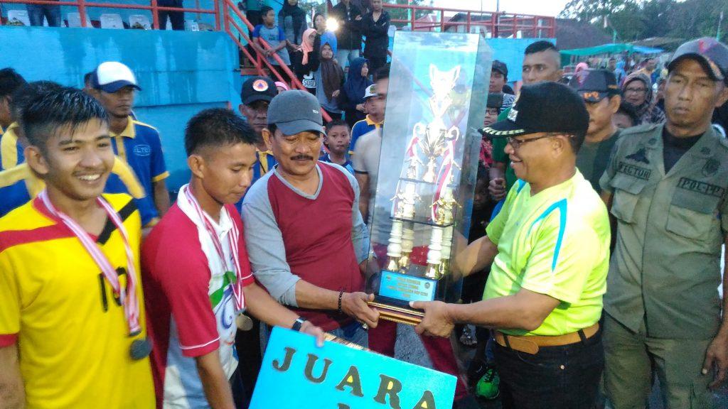 Bupati Lingga Alias Wello saat menyerahkan piala bergilir turnamen LTC I Pada camat Singkep Pesisir Dadang Setia Budi