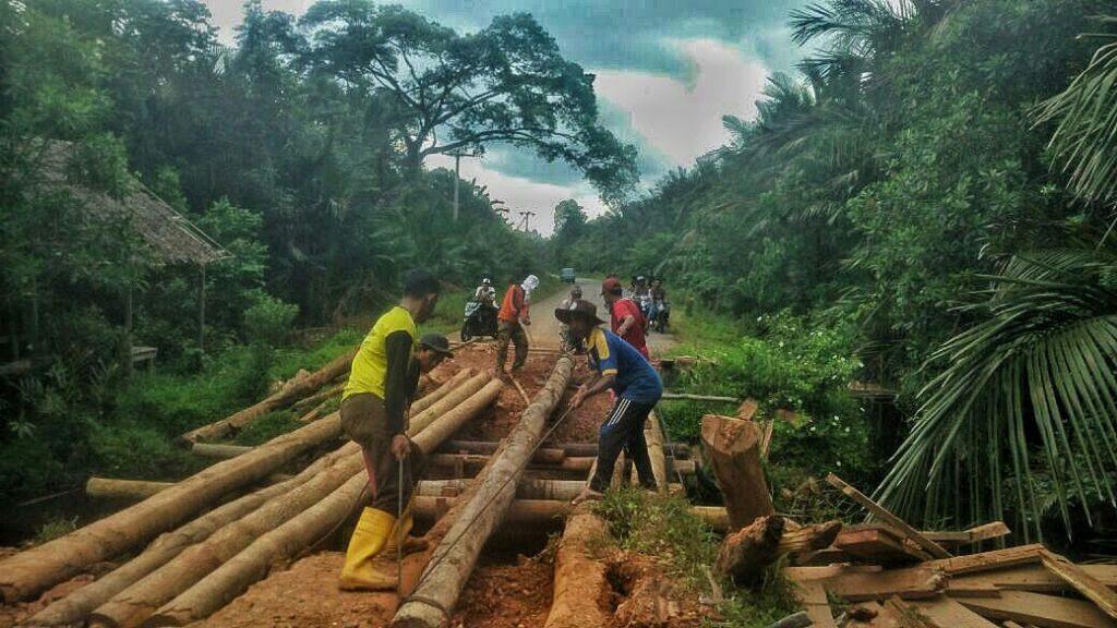 Pekerja Sedang Melakukan Perbaikan Jembatan Musai