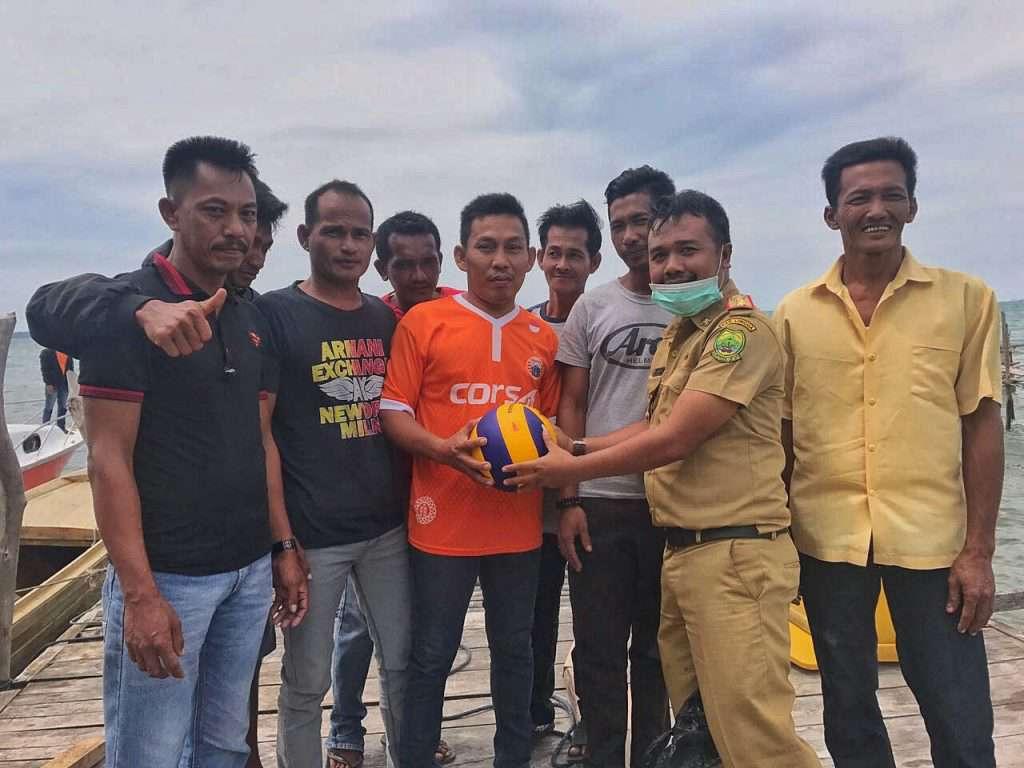 Keterangan Foto : Kabid Pora Saparuddin menyerahkan bantuan