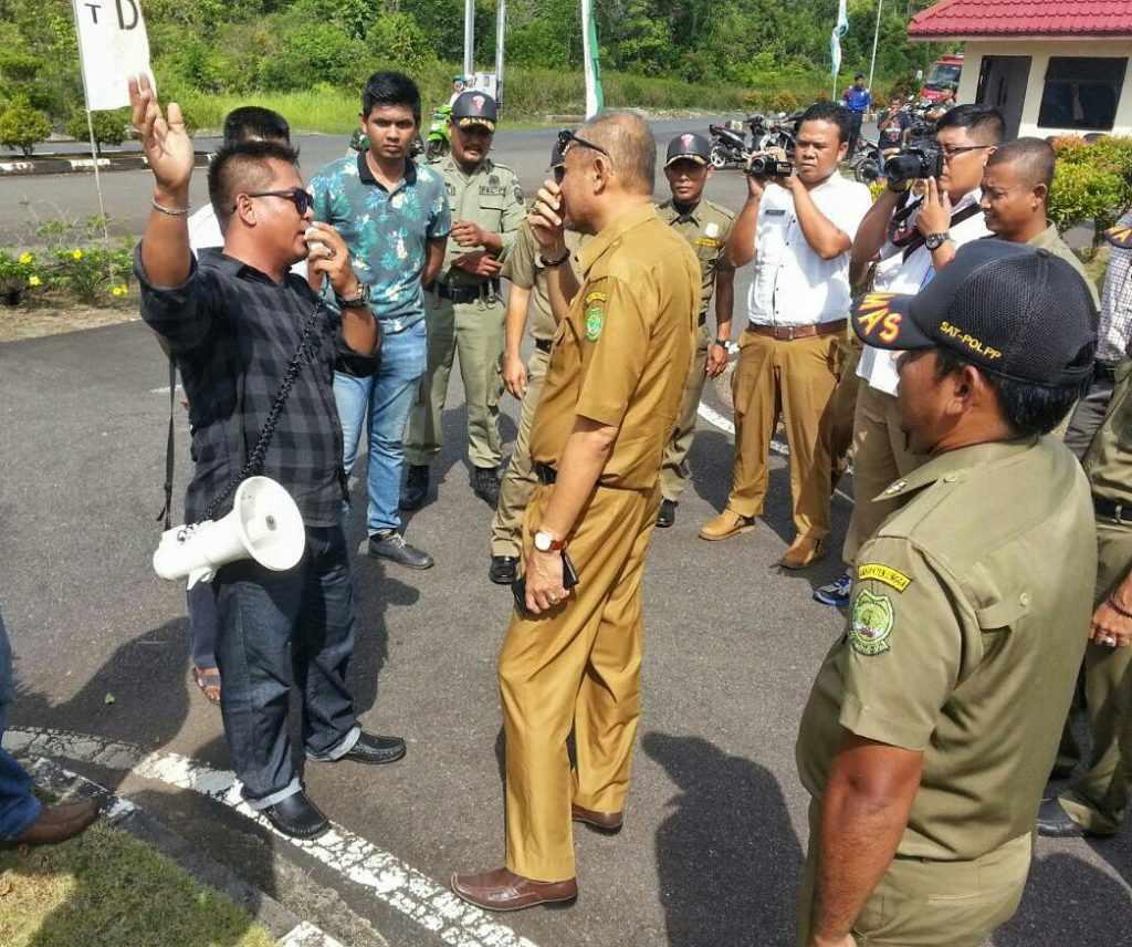Keterangan foto : Sekwan Lingga Firdaus dengan tenang menghadapi pendemo yang berorasi di depan kantor DPRD Lingga