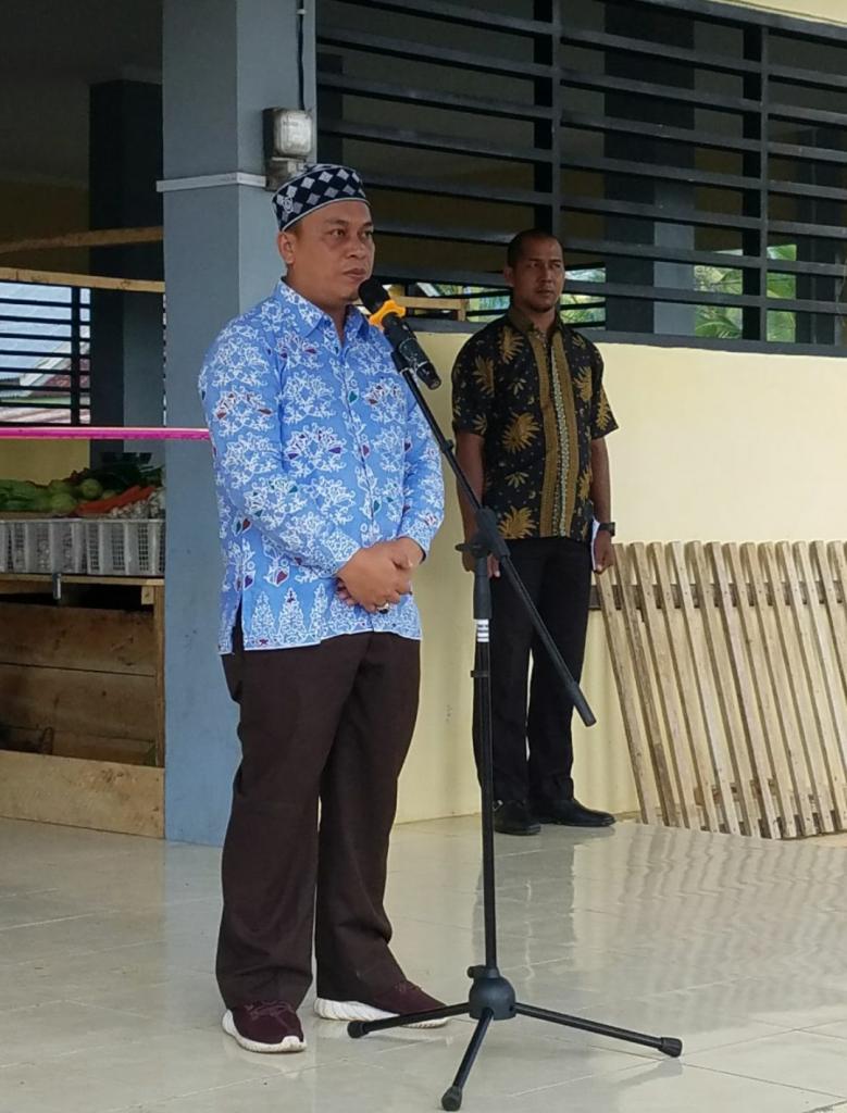 Keterangan foto : wakil Bupati Lingga M. Nizar saat meresmikan pasar sayur rampai rezeki