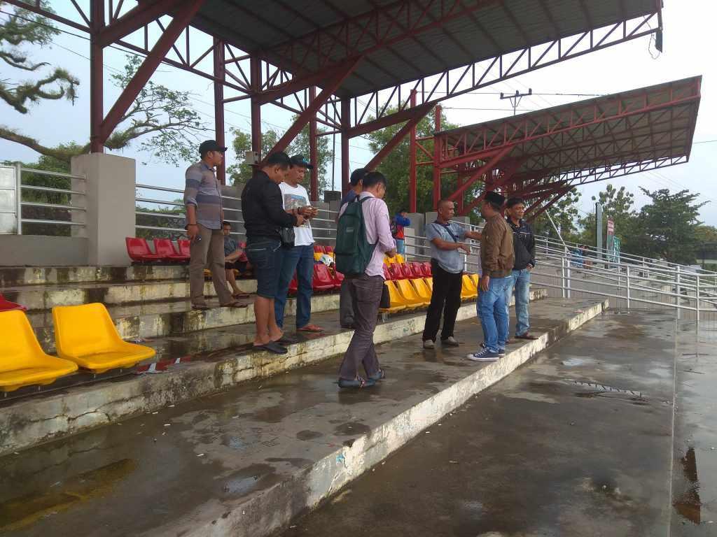 Keterangan foto : Kabid Pora Lingga Safaruddin saat meninjau lapangan merdeka Dabo Singkep bersama rekan-rekan media